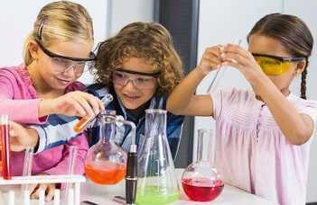 Az ELTE TTK nyári tábort szervez az általános iskolásoknak természettudományos témákban.